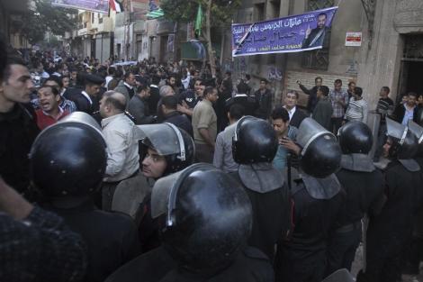Enfrentamiento entre coptos y residentes del barrio de Shubra en El Cairo. | Efe