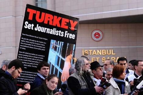 Protestas con la pancarta 'Turquía, deja a los periodistas libres' | Foto: Mustafá Ozer
