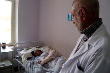 Un médico atiende a Mumtaz, la semana pasada en Kabul. | AFP