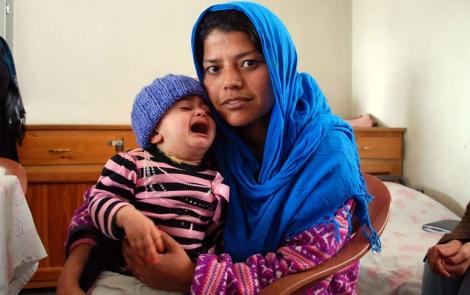 Gulnaz, en la cárcel de Kabul con su hija, fruto de la violación. | Foto: M. Bernabé