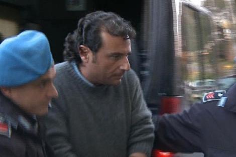 El capitán Schettino, trasladado por la policía. | Reuters