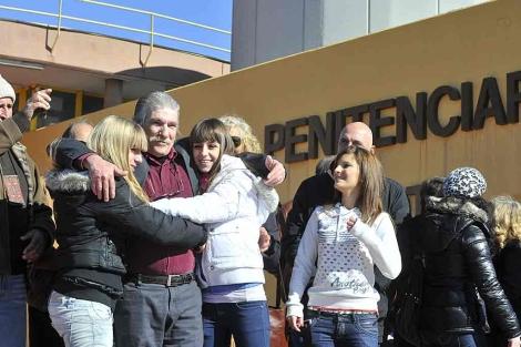 Montes Neiro, abrazado por sus familiares, al salir de la cárcel de Albolote. | Jesús G. Hinchado
