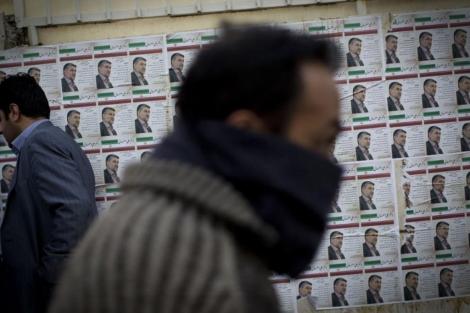 Un hombre pasa delante de unos carteles electorales en Teherán. | Afp