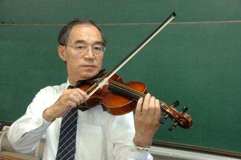 El científico Shigeyoshi Osaki toca el violín con cuerdas de seda.