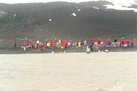Turistas en Caleta Pendulo en la Isla Decepcion, en 2003. | Ricardo Roura .
