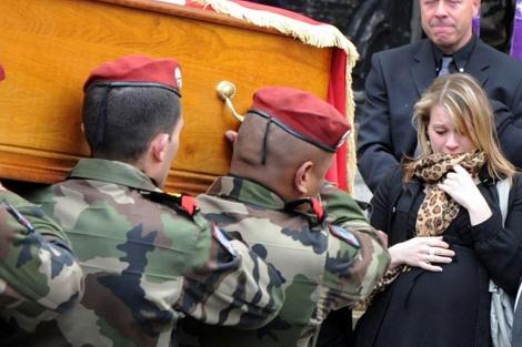 Carolin, la novia del cabo fallecido, en el funeral. | Afp