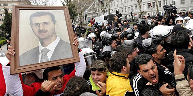 Partidarios del régimen de Asad se manifiestan hoy en Estambul.   Efe