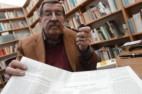 Grass, con el diario alemán en que publicó el polémico poema. | Afp