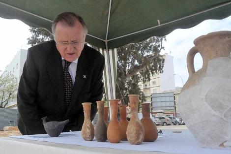 El concejal Fernández observa los restos aparecidos en la excavación. | Cata Zambrano