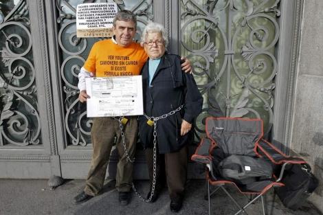 La anciana, junto a su hijo. | Foto: Juanjo Martín