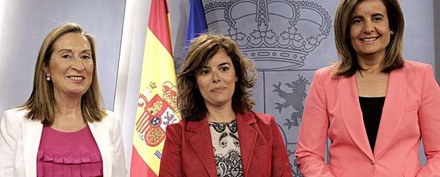 Pastor, Saénz de Santamaría y Báñez, ayer, tras el Consejo de Ministros. | Efe