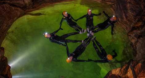 Los seis astroautas en uno de los lagos de la gruta. | Agencia Espacial Europea (ESA)