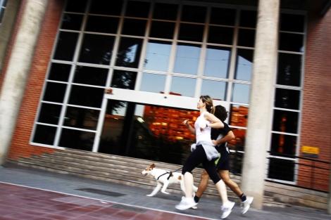 Dos personas practican 'footing'. | V. Bosch