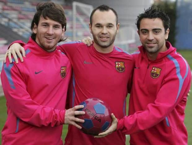 Лионель Месси, Андрес Иньеста и Хави Эрнандес представляют на спортивной Барселоне после новости, что они образуют трио финалистов Золотой мяч 2010.