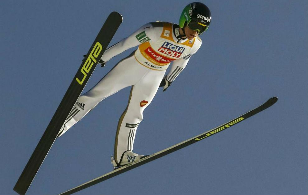 El esloveno Peter Prevc durante un salto de trampolín.
