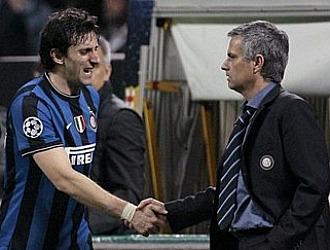 Milito estrecha la mano de Mourinho en su etapa en el Inter