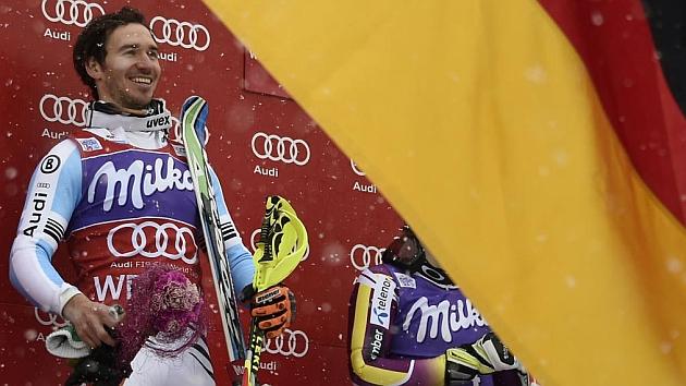 Neureuther sonríe en el podio. / AFP