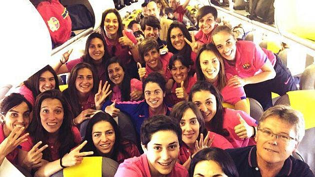 Las jugadoras del Barcelona posan en el avión tras aterrizar en Oviedo.