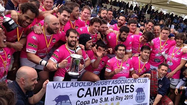 Los jugadores del VRAC Quesos Entrepinares celebran la Copa logrado ante su afición