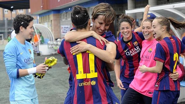 Las jugadoras del Barcelona se abrazan tras ganar la Liga en Oviedo / Javier García