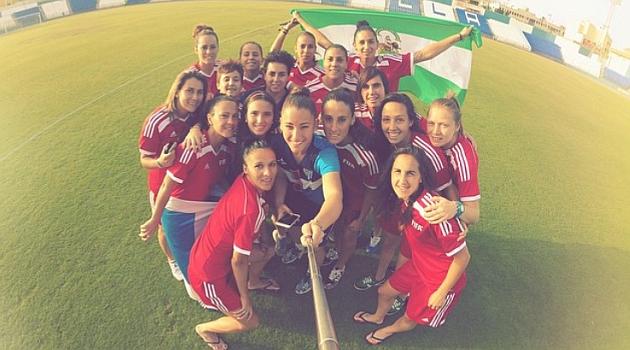 Las jugadoras del Sporting de Huelva se hacen un 'selfie' en Melilla / Instagram