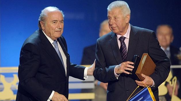 Josef Masopust con Blatter en un homenaje en 2011