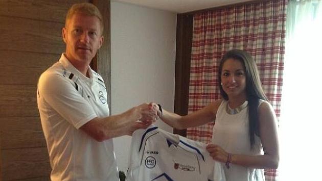 Sheila Sánchez tras formalizar su contrato con el FFC Fairvesta Vorderland.