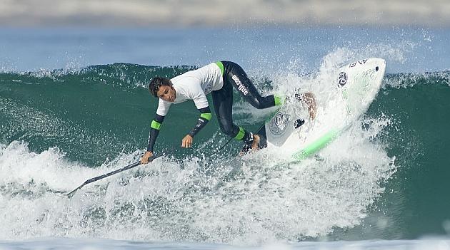 Iballa Ruano surfeando en la playa de Somo.