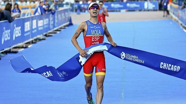 Mario Mola a la llegada a meta durante el triatlón de Chicago.
