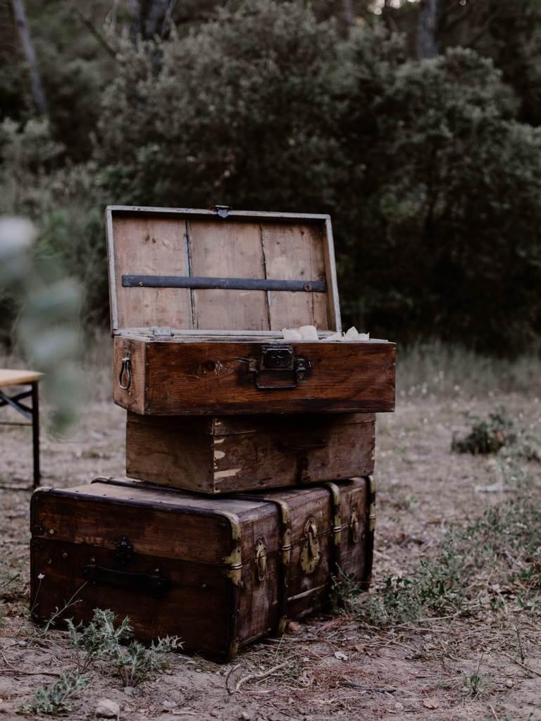 valise-vintage-ceremonie-laique-mariage-en-provence-alpilles