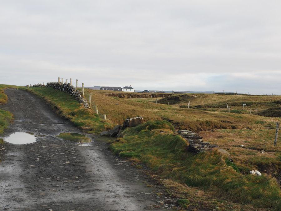 Sur le chemin de randonnée pour les Cliff of Moher depuis le village de Doolin