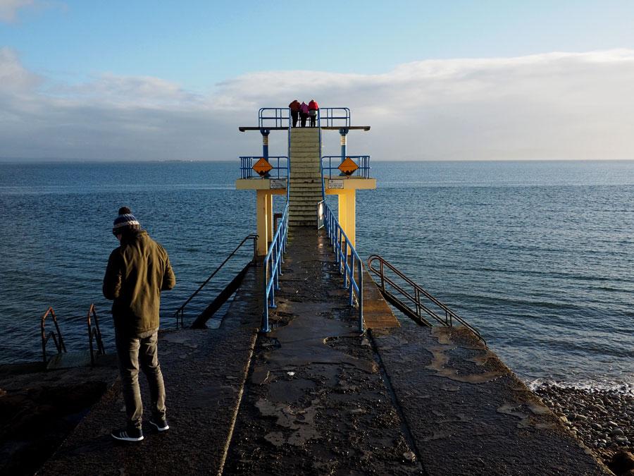 Le long de la mer, à la sortie de la ville de Galway