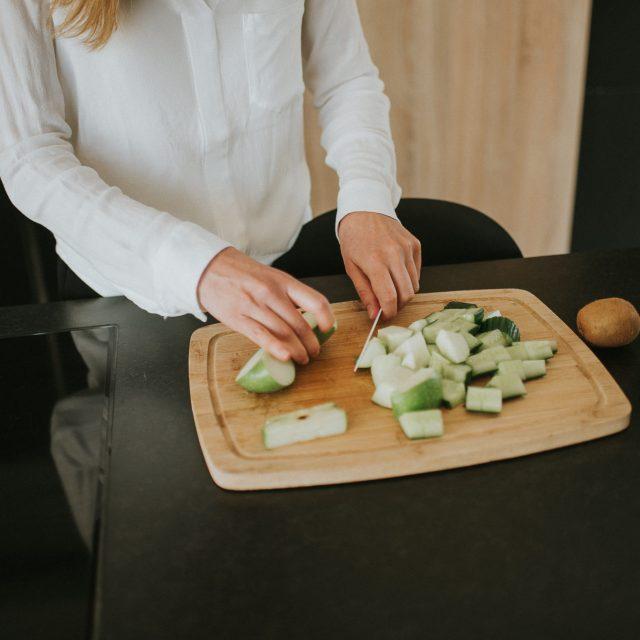 Préparation culinaire durant la séance photo