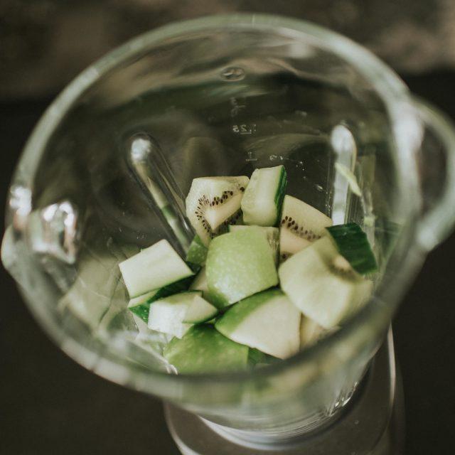 Préparation d'un jus de fruits et légumes en photographie culinaire