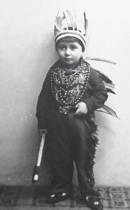 Dečak maskiran za Purimski bal