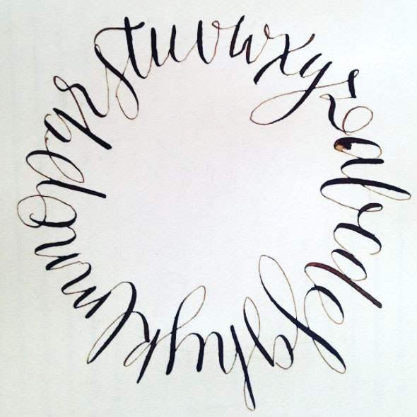 Abecedario escrito con un trazo continuo.