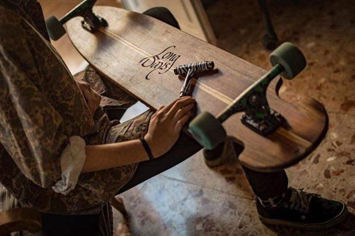 Grabando a mano la madera de los longboards de Long Days