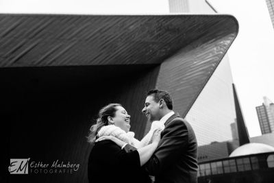 Liefdevolle-Loveshoot-op-Rotterdam-Centraal-Station-Huwelijksfotograaf-Gouda