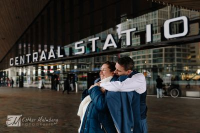 Loveshoot-op-Rotterdam-Centraal-Station-Bruidsfotografie-Gouda