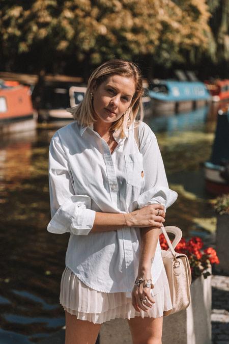 Estilo e autoconfiança: Eliza está à beira do rio Tames, em Londres.