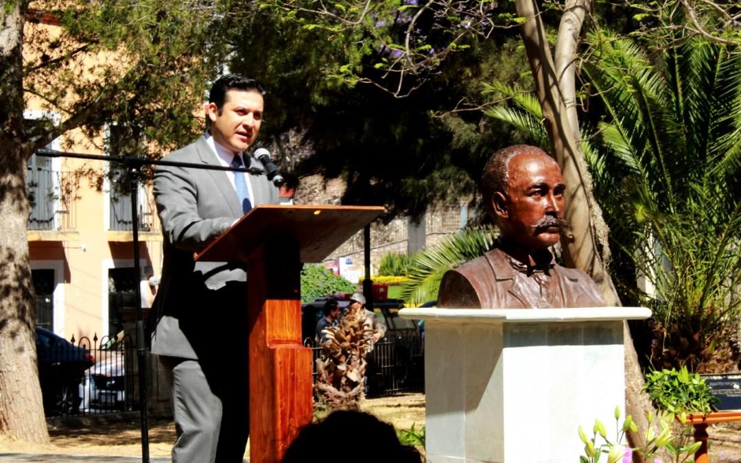 Develan busto en honor al diseñador del mercado Hidalgo