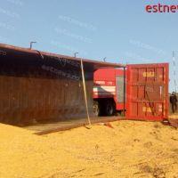 Un TIR plin cu cereale s-a răsturnat la Popeni. Șoferul a ajuns în stare gravă la Spitalul de Urgență Bârlad