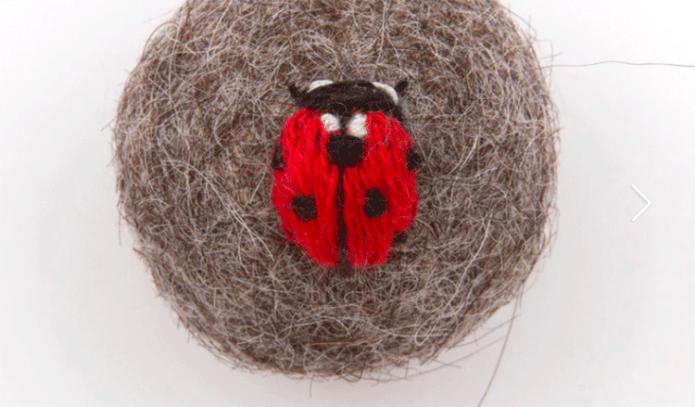 Los insectos bordados en fieltro de Claire Moynihan