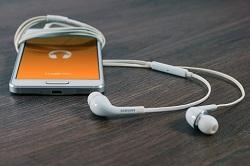 Escuchas música con el móvil Cuidado o te quedaras sordo, Escuchas música con el móvil. Cuidado o te quedaras sordo