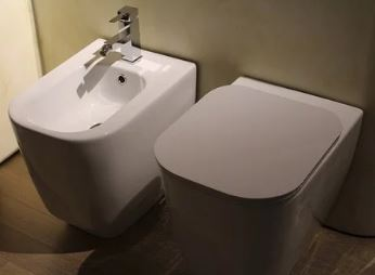 Cubres con papel higiénico el váter público antes de usarlo. Te indicamos por qué no deberías cubrirlo., Cubres con papel higiénico el váter público antes de usarlo, no deberías.