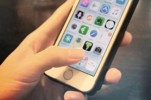 iPhoneを操作する手元の写真