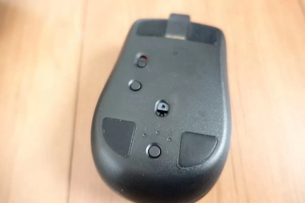 裏側はEasy-switchボタンが印象的