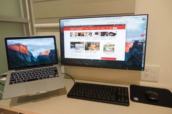 モニターアームと液晶ディスプレイがメインのMacBook Pro