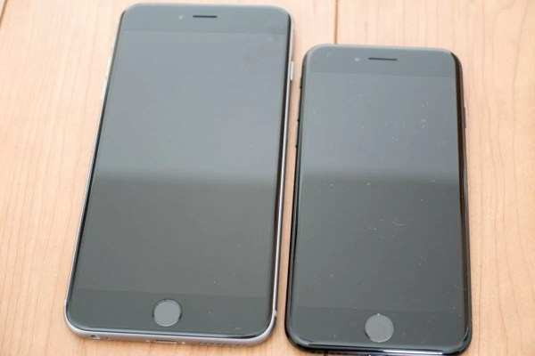 左がiPhone 6s Plus、右がiPhone 7
