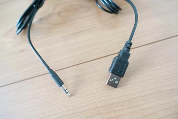 外部向けの端子は、給電用のUSBとステレオミニプラグのみ